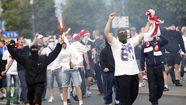 polish-soccer-fans-shout.jpg