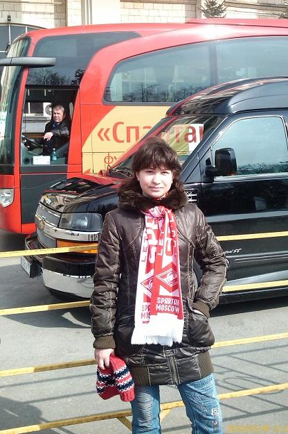 foto_dochki_na_fone_spartakovskogo_avtobusa_i_karpinskogo_bronevika._luzhniki._2010_g.jpg