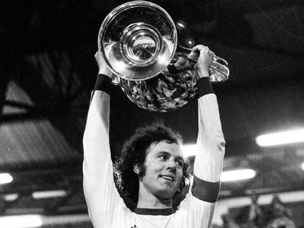 franz-beckenbauer-kapitaen-des-fc-bayern-muenchen-reckt-in-der-saison-1973-1974-triumphierend-den-europapokal-der-landesmeister-seit-1992-1993-uefa-champions-league-in-die-hoehe-der-rekordmeister-traf.jpg