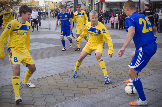 Футбольный матч БАТЭ состоялся прямо на центральной улице Минска (ФОТО)