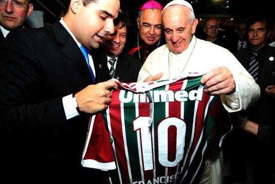 Папе римскому подарили футболку «Флуминенсе» (ФОТО)