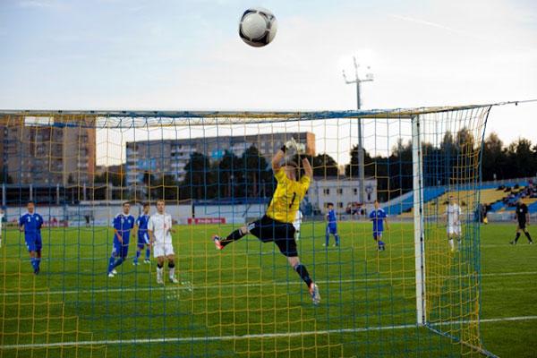 В результате неточности белорусских футболистов пострадала фоторепортер