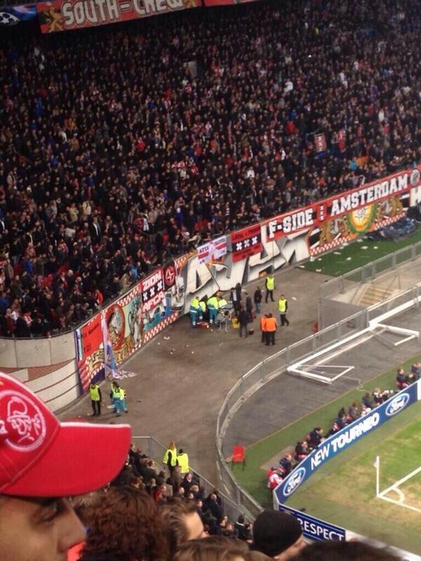 «Аякс» — «Барселона». Болельщик амстердамцев упал с 10-метровой высоты во время празднования гола (ФОТО)