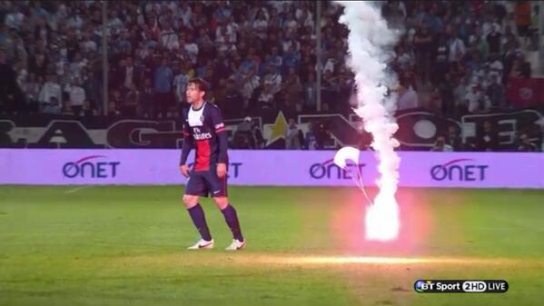 Французская Лига 1. «Марсель — «ПСЖ». Фанаты на парашюте доставили файер на поле (ФОТО)