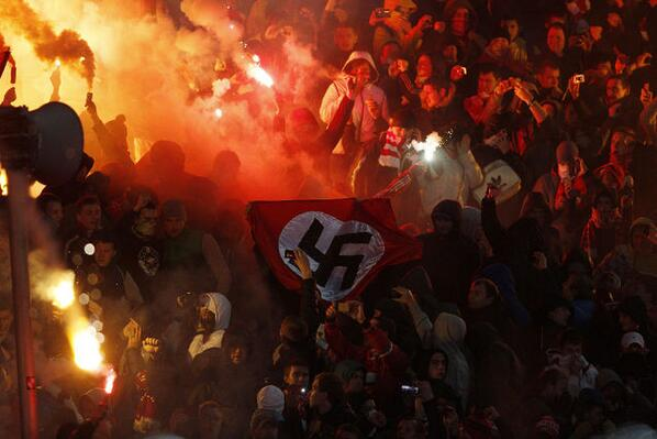Фанат, державший нацистский флаг, арестован на семь суток
