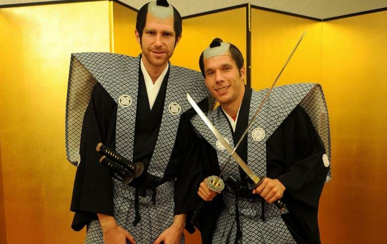 Мертезакер и Подольски попробовали себя в образе самураев (ФОТО, ВИДЕО)
