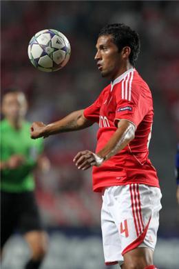 Man Utd eye Benfica Garay