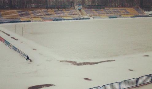 Поле, на котором сыграют БАТЭ и минское «Динамо», замело снегом (ФОТО)