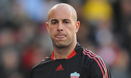 Liverpool goalie Reina happy to stay at the club