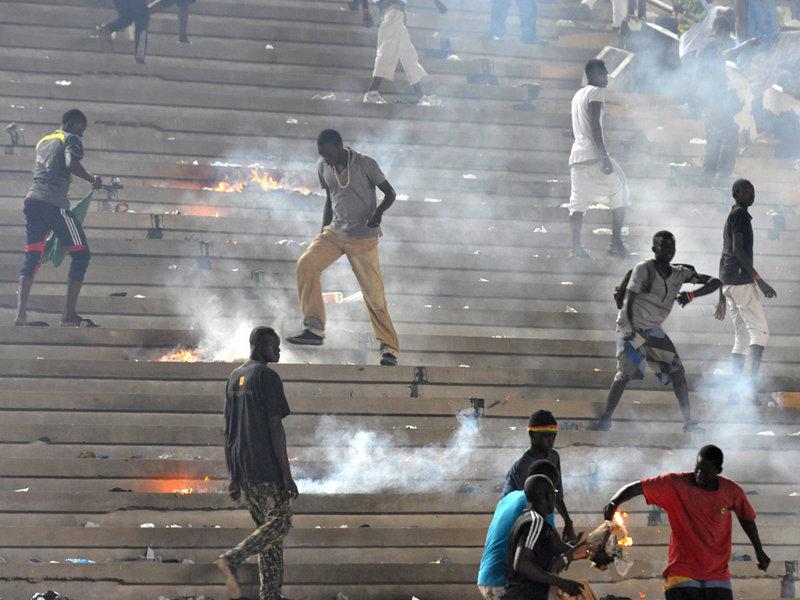 Senegal v Ivory Coast: fans violence stops the match