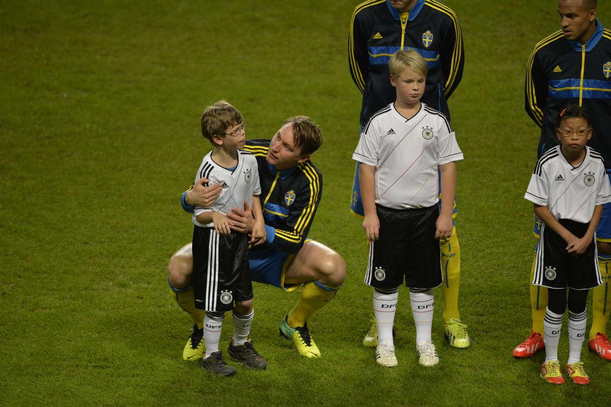 Ким Чельстрём успокоил больного аутизмом мальчика перед игрой со сборной Германии (ФОТО)