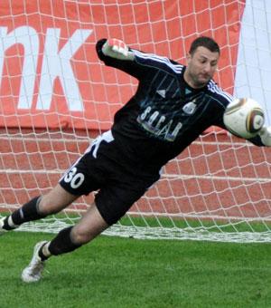 Голкипера «Нефтчи» оскорбляли во время матча с «Партизаном»