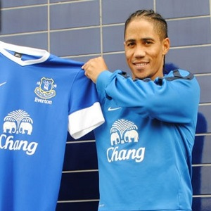 Everton welcomes Pienaar back