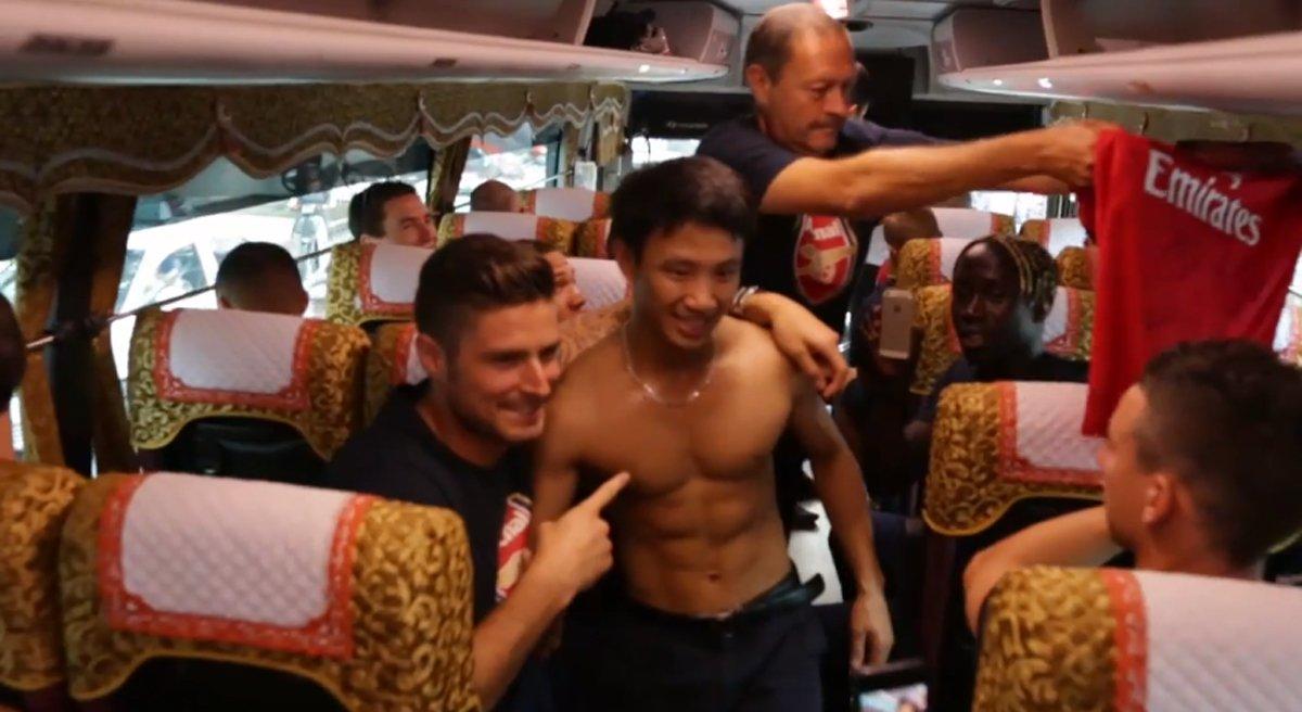 Вьетнамский фанат «Арсенала» пробежал за автобусом лондонского клуба восемь километров (ВИДЕО)