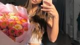 Надя Авилес и букет цветов